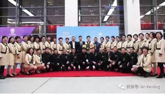 2011年,太阳体系成立典礼,中间为权健董事长束昱辉