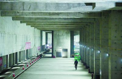 昨天,京雄城际铁路北京大兴国际机场站施工现场,高大雄伟的站台厅已经初具规模。本报记者 和冠欣摄