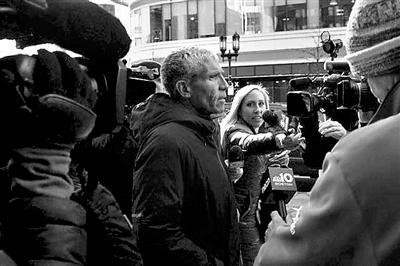 威廉·辛格离开波士顿法院时接受采访