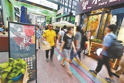 """昨晚,在五棵松華熙LIVE特色商街,不少餐飲商戶門口擺放""""深夜食堂""""牌示"""