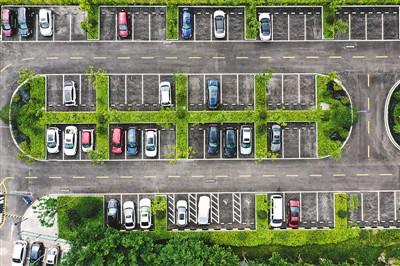 重庆市北碚区将垃圾场改造成生态停车场,有效缓解周边居民停车难题。图为状元府第东门的生态停车场。   秦廷富摄(人民视觉)