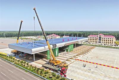8月15日,唐廊高速冀津界丰南主线收费站开起拆除改造。 记者 赵杰摄