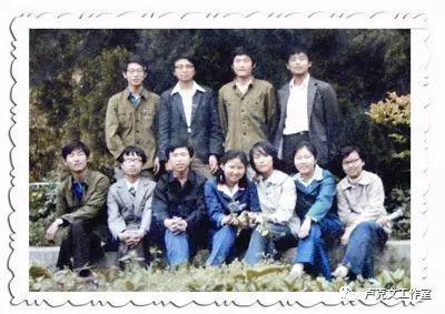1985年,正读大二的王传福(后排左二)与系团总支主要成员。