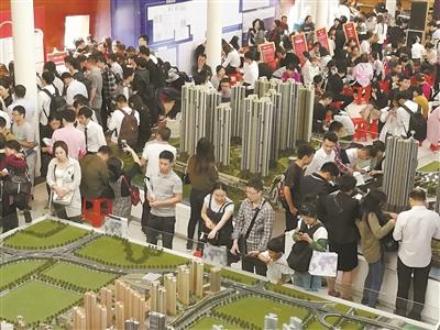 2018年5月7日,长沙市某楼盘开盘,市民在选购心仪的房子。湖南日报记者 傅聪 摄