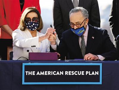 3月10日,众议院议长佩洛西(左)和参议院多数党领袖舒默在美国华盛顿共同签署经济救助计划。美国国会众议院10日投票通过了1.9万亿美元的经济救助计划。 新华社/法新