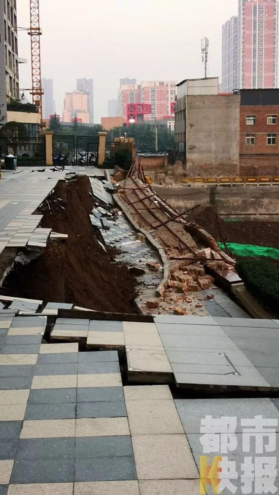 西安万科一楼盘内出现塌方 紧临10米深工地基坑