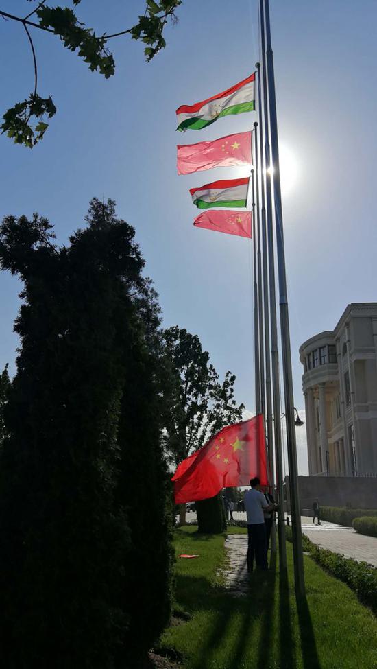 △草坪上,正在。悬挂五星红旗。(央视记者黄京辉拍摄)
