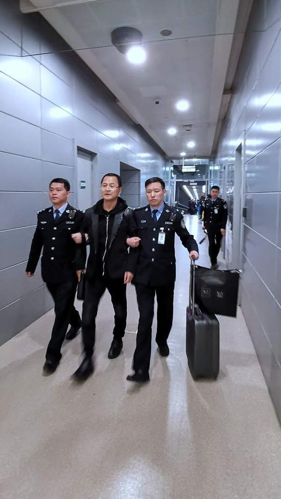外逃25年的红通人员袁国方回国投案 赃款已被追缴