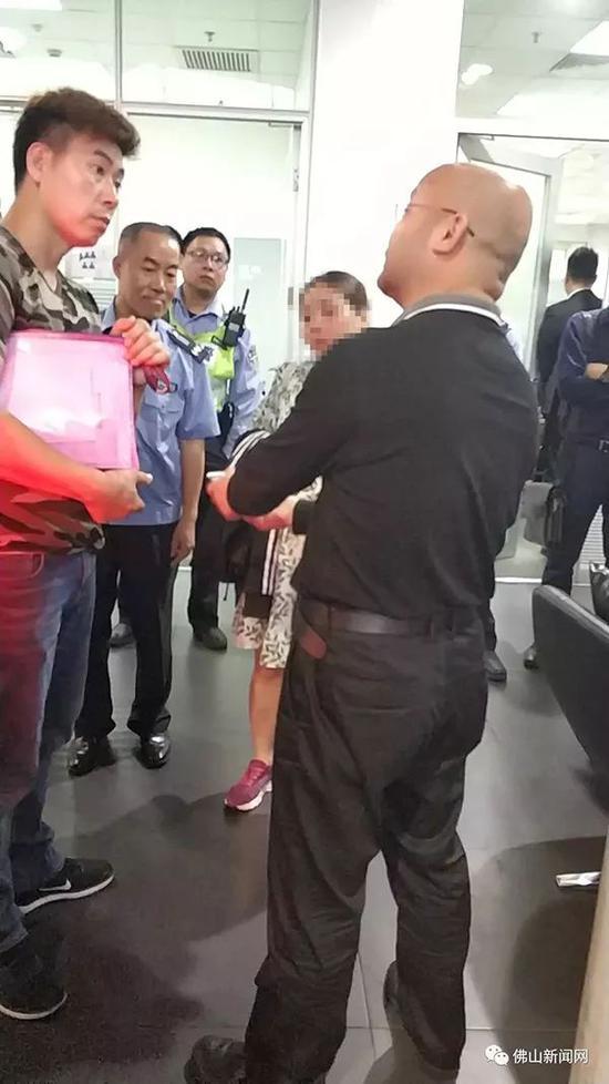 事发后,4S店所属的佛山市顺德区怡』孚汽车销非要跟在身�售服务有限公司发布声明: