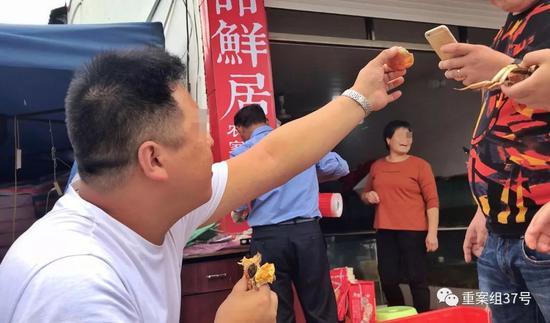 """▲9月3日,苏州新蟹王市场,一微商在蟹铺前直播卖""""正宗阳澄湖大闸蟹"""",但此时尚未开湖。"""