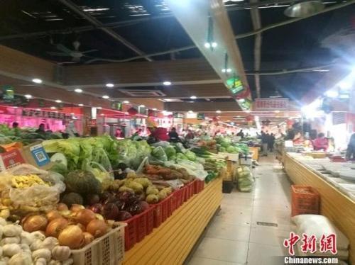 原料图:图为北京一家菜市场内景。 谢艺不悦目 摄