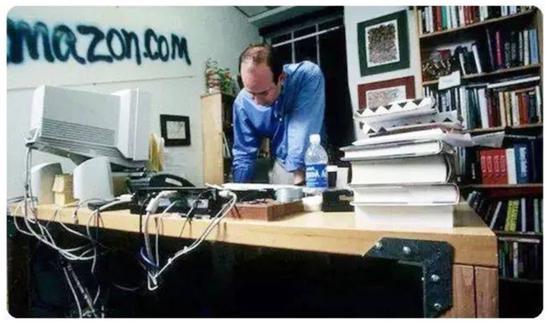 亚马逊早期,节约成本。贝索斯的办公桌,会议室的办公桌,都是门板改装的