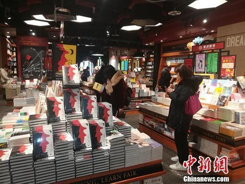"""实体店里的书不好卖了?""""蹭书看""""一族该不该背锅"""