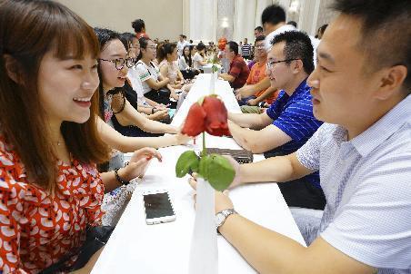 单身群体众多造就了目前婚恋网站的红火。新华社资料图
