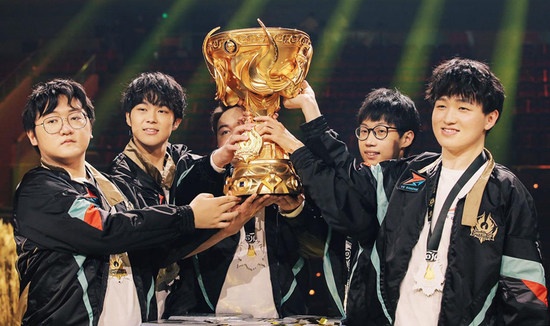 TS战队捧起王者荣耀世冠总决赛冠军奖杯