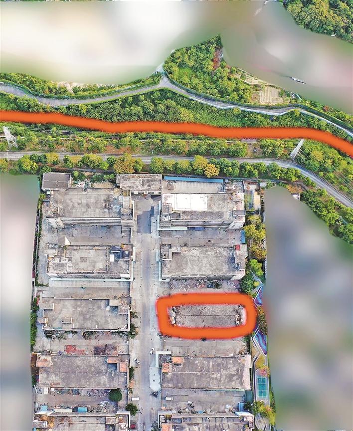 藏匿了走私地道的楼宇航拍图,红圈是藏有地道的楼宇,红线是深港边界。