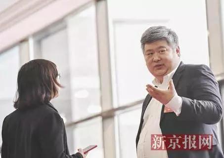 全国政协委员、北大光华管理学院副院长金李教授批准记者采访。(新京报记者 陶冉 摄)