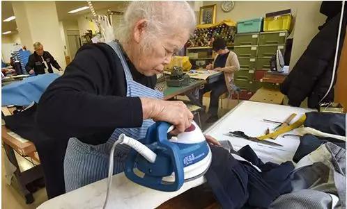 照样在做事的日本老人。来源:网络。