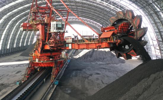 3月24日,工人在国投曹妃甸港煤仓操作机械设备卸煤。