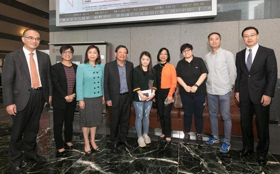 中银香港副总裁龚杨恩慈(左三)与在港首批完成开立内地银行帐户的客户合照。