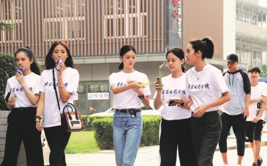 2017 年 9月,北京电影学院的新生。图/视觉中国