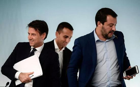 意大利总理孔特、副总理迪马约、副总理萨尔维尼(从左至右)。图源:视觉中国