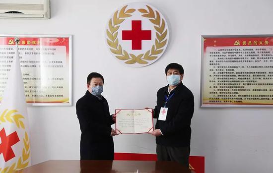 ▲河北省红十字会向新奥集团颁发荣誉证书