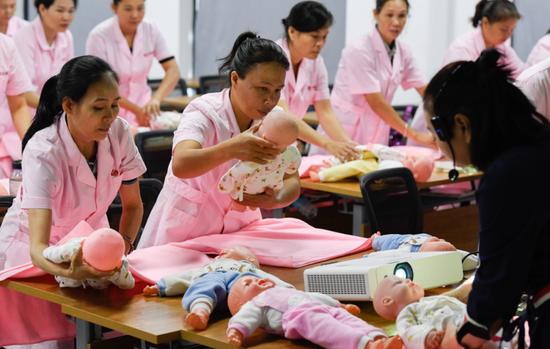 """近年来,海南省儋州市重点打造""""儋州月嫂""""劳务品牌,解决大量农村中青年妇女的劳动就业问题。"""