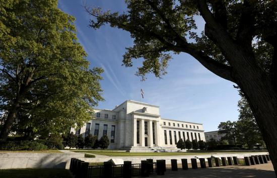 原料图片:2015年9月,美联储总部。REUTERS/Kevin Lamarque