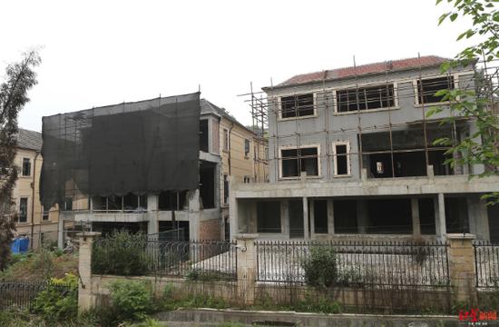 ↑两栋别墅灰色水泥部分疑似为私自违建