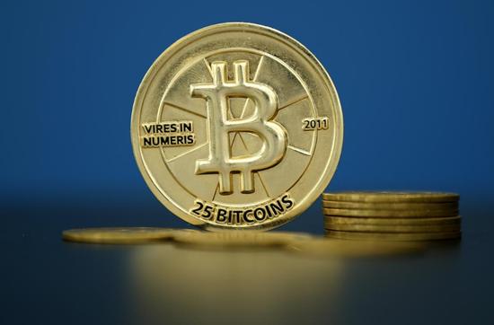 资料图片:2015年5月,法国巴黎,比特币标识物。REUTERS/Benoit Tessier
