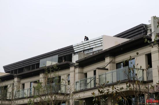 ↑部分別墅頂樓多加了一層,工人正在施工