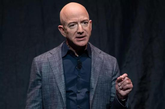 有消息称,美国有关部门可能对亚马逊进行反托拉斯调查。随后,亚马逊CEO杰夫·贝索斯的身家净值下挫65亿美元。图片来源:视觉中国