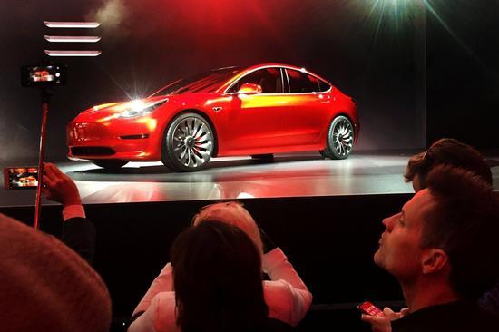 Model 3是特斯拉的主打电动车产品,以及马斯克扩展公司业务面的一项关键策略。 图片来源:JOE WHITE/REUTERS