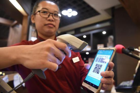 微信與銀行互撕:紅包、支付收費大揭秘 到底誰吃誰?