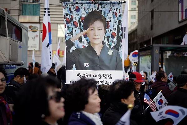 """2017年3月9日,韩国首尔,""""亲朴派""""民多在宪法法院外集会,指斥弹劾总统。"""