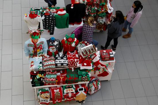 2018年12月7日,美国花园城,人们在购物中心选购伪期主题礼品。REUTERS/Shannon Stapleton