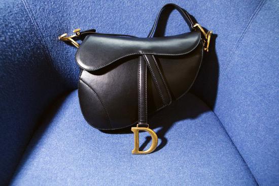 假冒黑色迪奥(Dior)马鞍包可以卖到约255美元,是真品不到十分之一