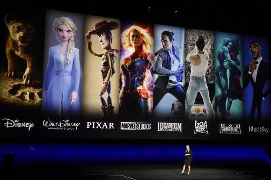 本月早些时候2019年电影大会,迪士尼高管CathleenTaff介绍迪士尼和福克斯电影中的著名人物。图片来源:CHRISPIZZELLO/INVISION/ASSOCIATEDPRESS