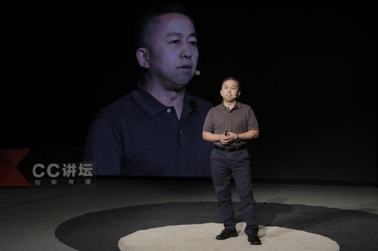 北京警方通报轿车开车上天桥:司机已被行拘