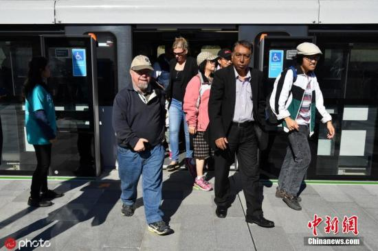 原料图:乘坐地铁通勤的澳大利亚民多。图片来源:ICphoto