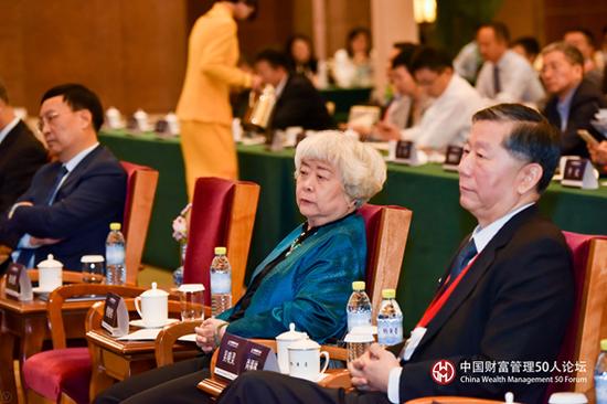 全国人大原常委、财经委原副主任委员、CWM50学术总顾问吴晓灵(中)