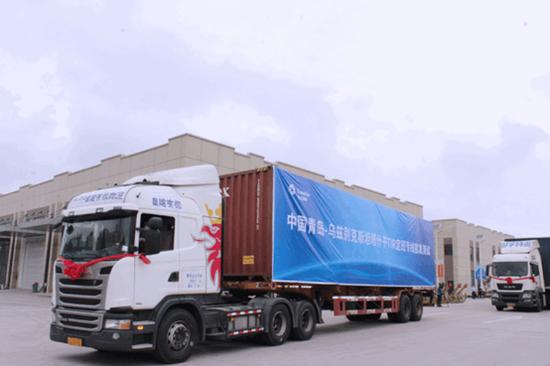 两辆斯堪尼亚型挂车从中国传化(上相符)国际物流港徐徐驶出