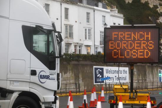 12月21日,一辆卡车停在英国多佛港。