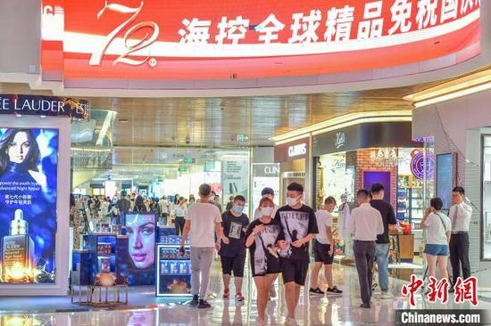 海控全球精品免税城购物的游客。 骆云飞摄 摄