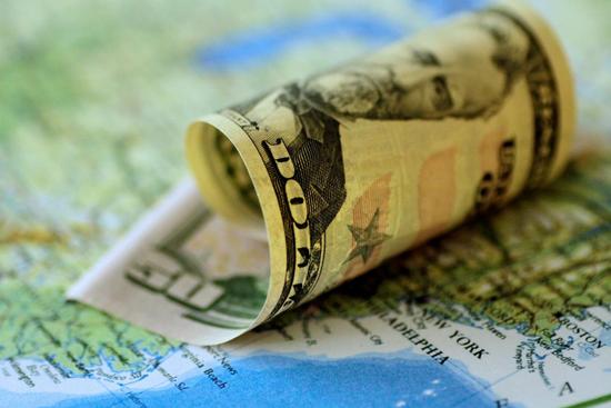 原料图片:2017年6月,美元纸币。REUTERS/Thomas White