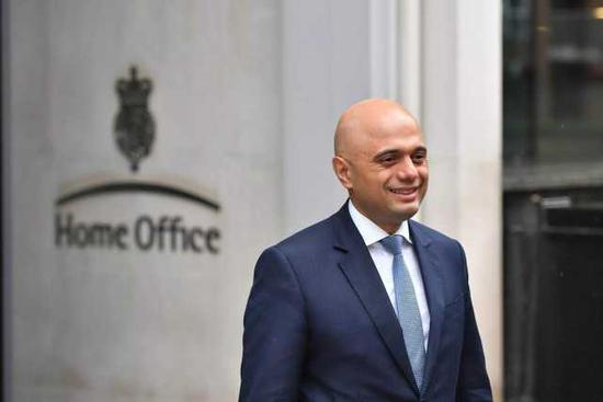 英首相借默克尔竞选口号答记者问 遭本人回敬白眼