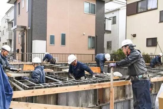 正在监督工人们建房的田中。来源:彭博。