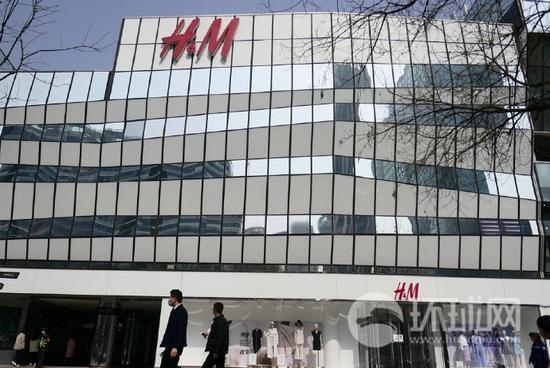 """记者探访京沪H&M实体店 有店员强调""""我们也爱国"""""""