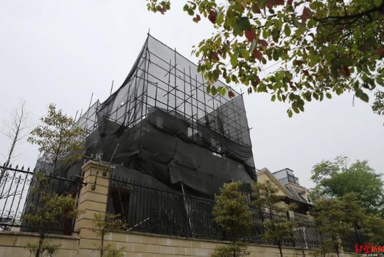 ↑整棟別墅被腳手架包圍起來進行改造